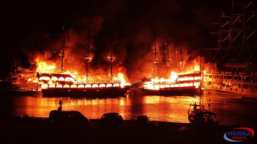 Alanya'da 4 gezi teknesi yandı#video
