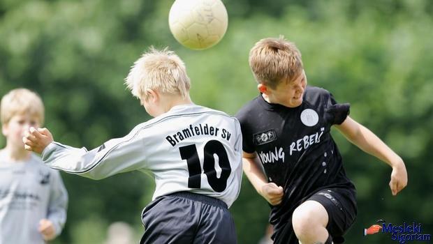 Minik futbolcuların kafa topuna çıkması yasaklanıyor